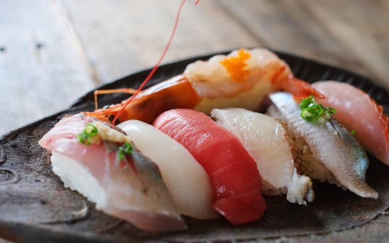 なでしこ寿司が過去の料理画像パクりで炎上!絆創膏した手で